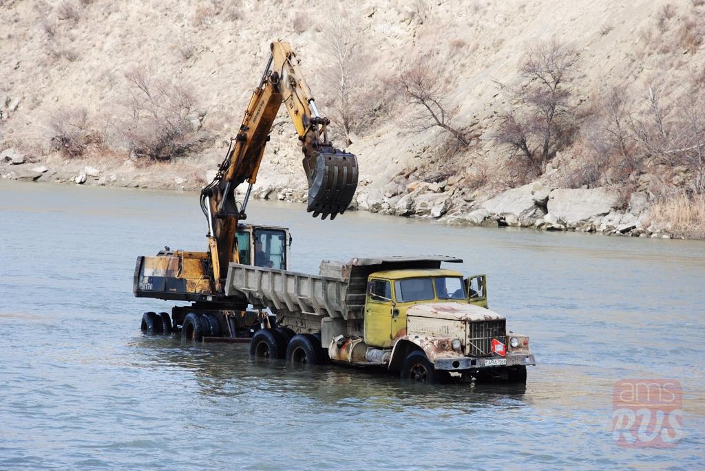 Экскаватор в реке