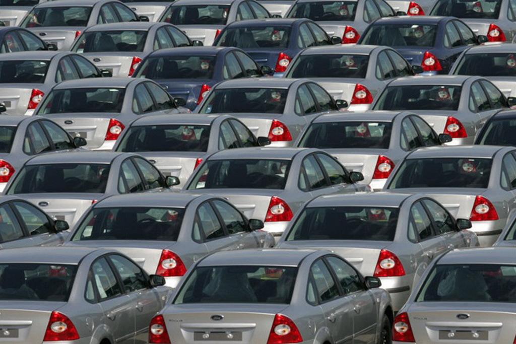 В России выпуск легковых машин в январе-октябре упал на 11%