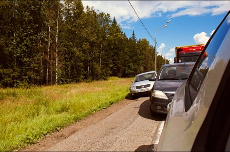 Водителей в Подмосковье начали штрафовать за движение по обочине