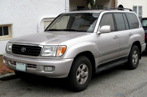 Машин с мощным бампером уже нет – берите Toyota Land Cruiser
