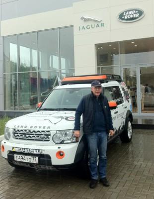 Александр Пикуленко и экспедиционный автомобиль Эха в дилерском центре Jaguar Land Rover