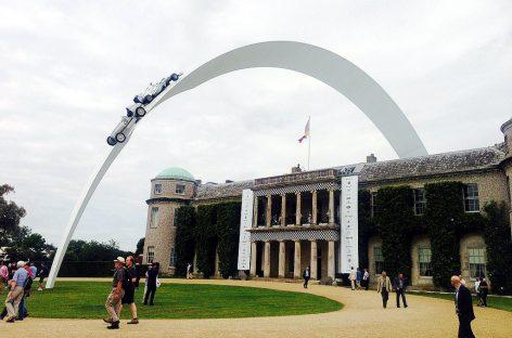 В честь 120-летия гоночной серии Mercedes установил ультрасовременную скульптуру в Гудвуде
