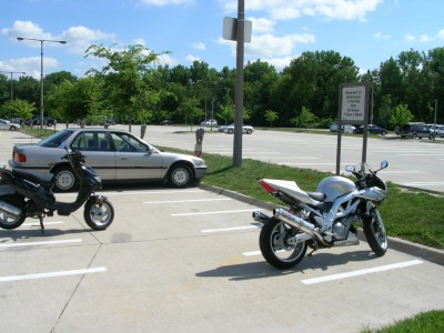 Мотоцикл на парковке