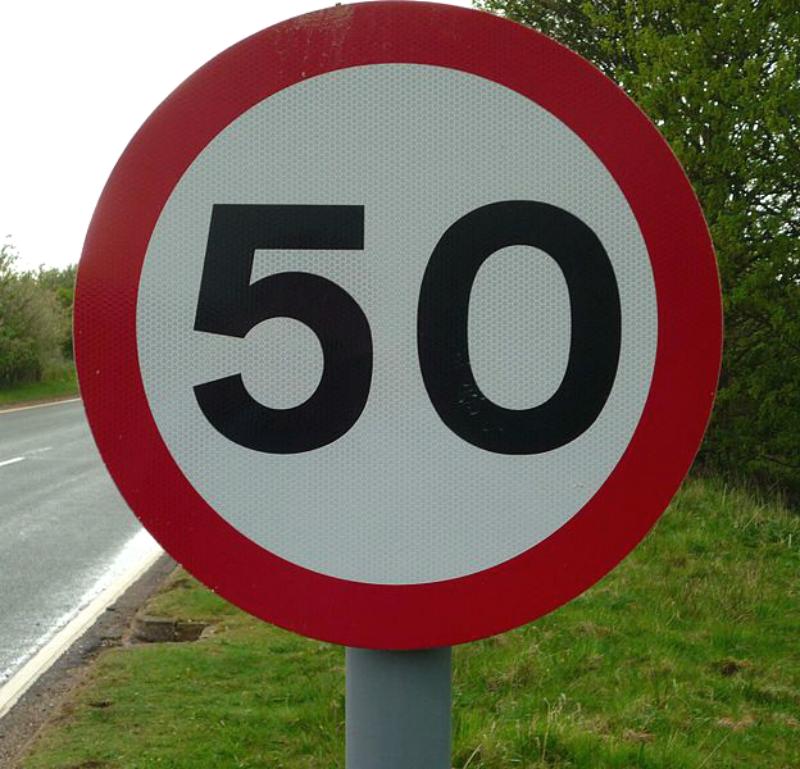 На аварийных дорогах Подмосковья ограничат скорость