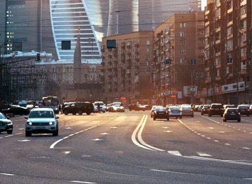 Освещенные пешеходы на переходе