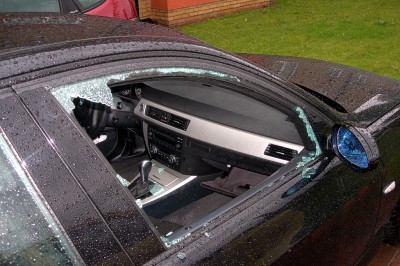 Разбитое окно в автомобиле