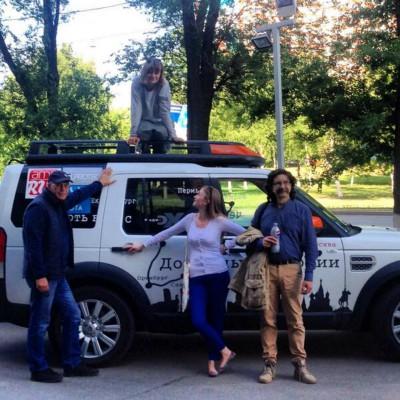 Участники пробега возле экспедиционного автомобиля