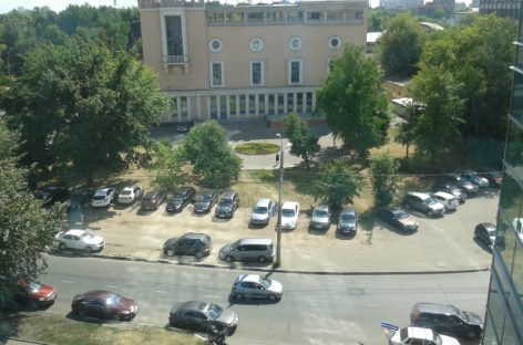 С 2017 года будут штрафовать за парковку на газоне