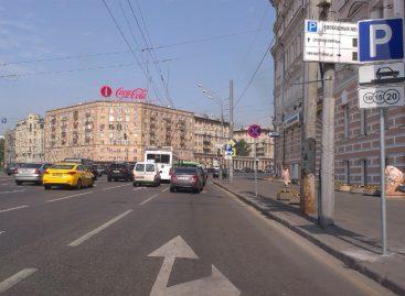 Две клумбы, два столба. А Вы сможете здесь припарковаться?