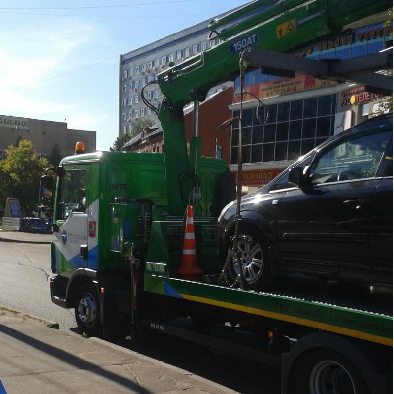 Эвакуатор забирает автомобиль