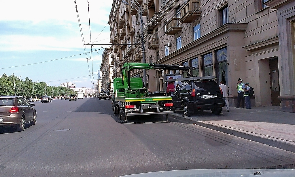 Автомобиль увозят на штрафстоянку