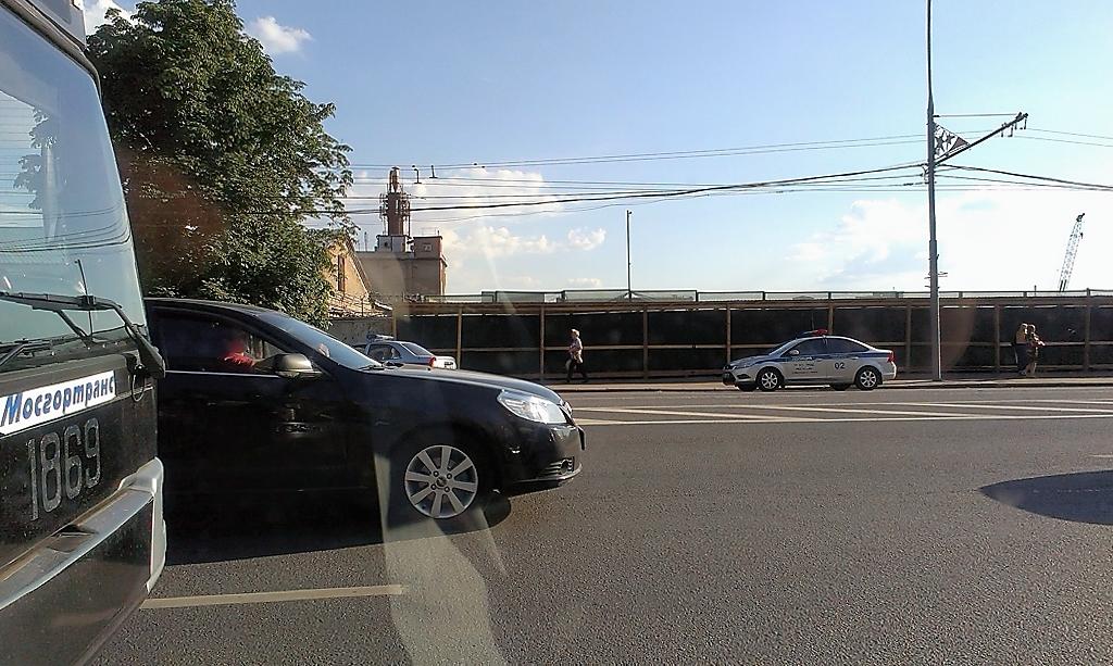 """Инспектор ДПС составлял протоколы на водителей, припарковавших свои машины под знаком 3.27 """"Остановка запрещена"""", хотя с 28 мая 2014 года ГИБДД эту функцию передала инспекторам МАДИ"""