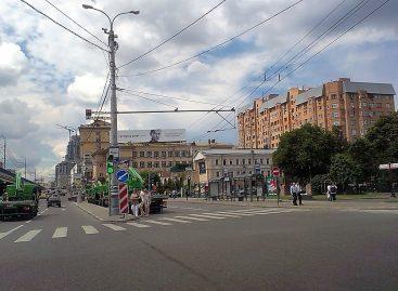 Эвакуаторы, проезжающие под «Кирпич» попали в кадр. ГИБДД разбирается