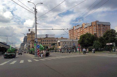 """Эвакуаторы, проезжающие под """"Кирпич"""" попали в кадр. ГИБДД разбирается"""