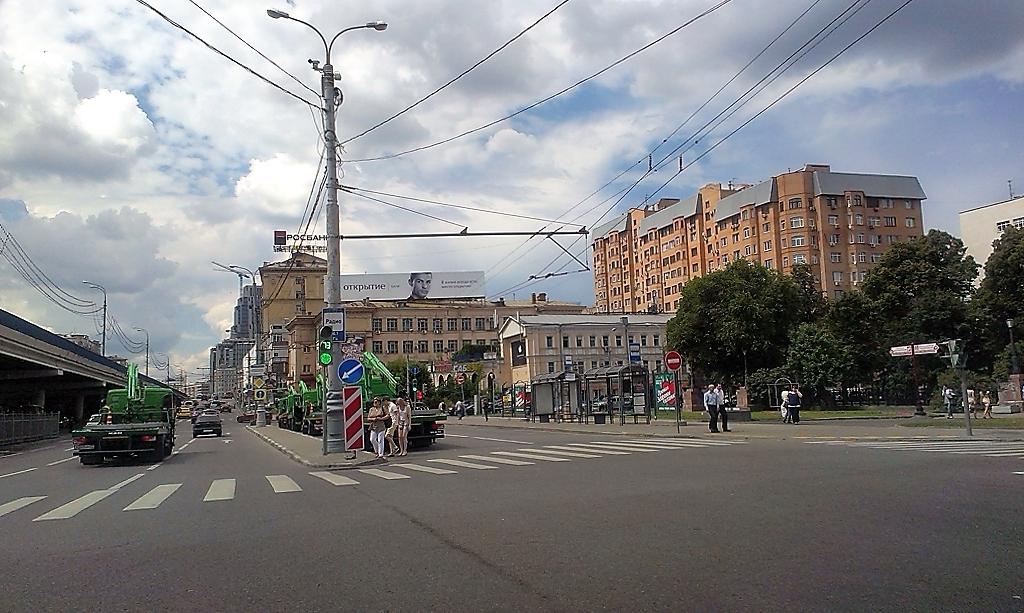 Эвакуаторы, проезжающие под Кирпич попали в кадр
