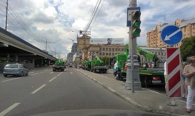 """4 эвакуатора въехали под """"кирпич"""" на дублер Садовой-Триумфальной улицы"""