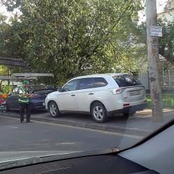 Тем, чьи машины забрали с тротуаров (это прерогатива с 28.05.14 исключительно сотрудников ГИБДД), придется по прежнему обращаться в ГИБДД за получением разрешения на возврат авто