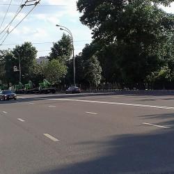 водители эвакуаторов переехали на другое запрещенное для стоянки место на Олимпийском проспекте, и стали парковаться под знаком 3.29 перед выездом на Самотечную площадь