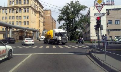 абсолютно ненужный светофор на въезде на Звенигородскую эстакаду