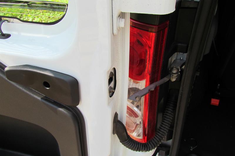 Lada Largus Угол открывания распашных дверей можно легко увеличить специальной системой снятия двери с кронштейна