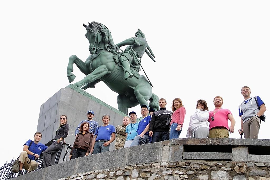 фотографировались с памятником Салавату Юлаеву