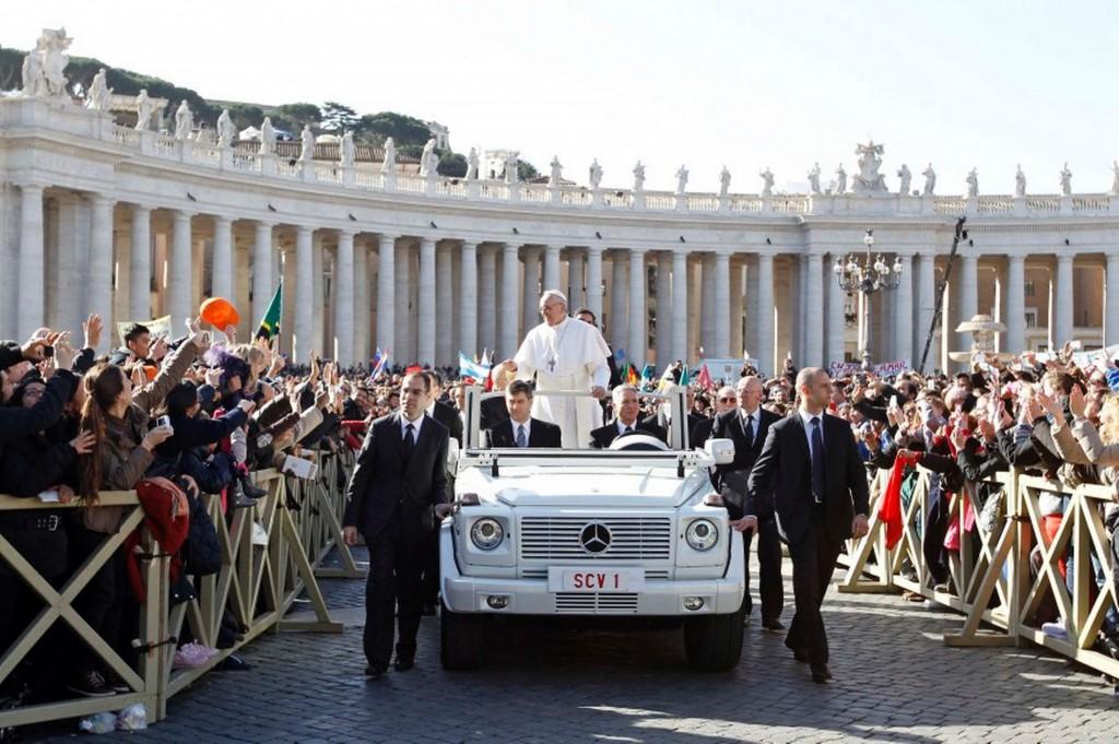 Папа римский Франциск в папамобиле Gelendwagen