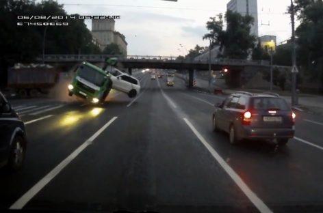 Видео ДТП с участием эвакуатора перевозившего белый Volkswagen Touareg