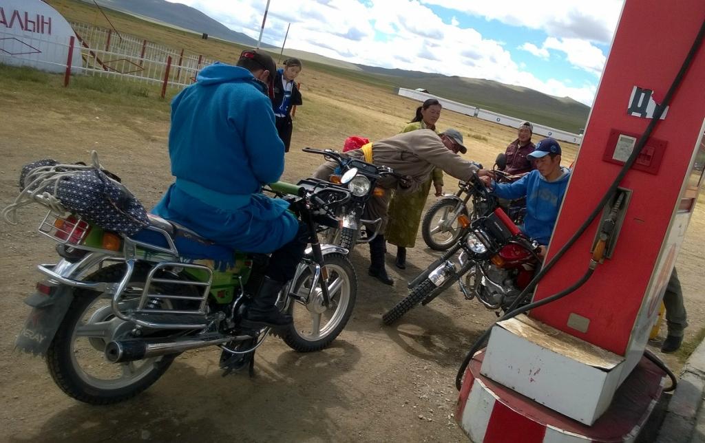 Местные жители на мотоциклах