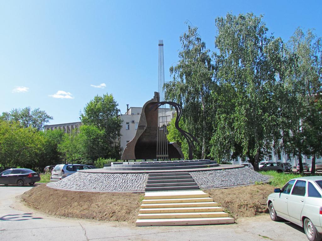 Памятник Высоцкому. Владимир Семенович приезжал сюда в 1974 году и выступал в том числе на стройке «КамАЗа»
