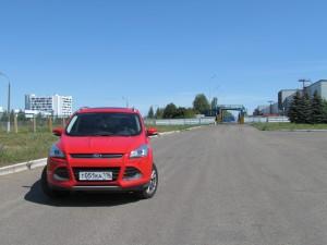 Ford Kuga на фоне одной из проходных «КамАЗа»