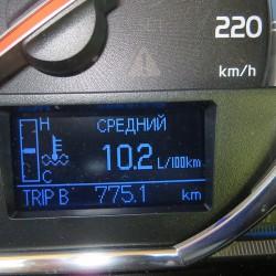 На мониторе проглядывает расход топлива