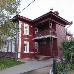 Дом с резным палисадом