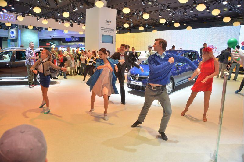 танцевали аниматоры Renault MIAS/ММАС 2014
