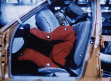 Первая подушка безопасности появилась в 1973 году