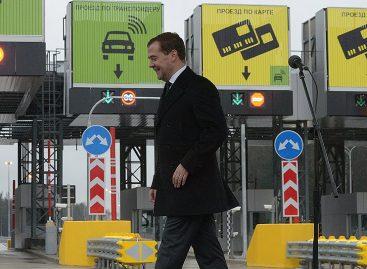 Депутаты предлагают запретить движение по бесплатным дорогам при наличии платных