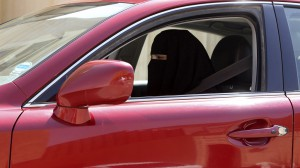 Арабская женщина за рулем