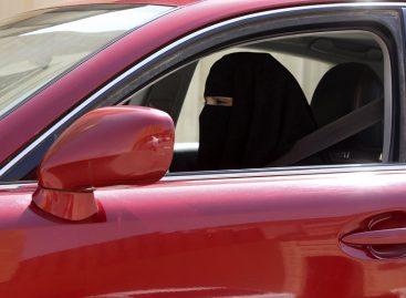 В ОАЭ женщинам запретили наносить макияж за рулем