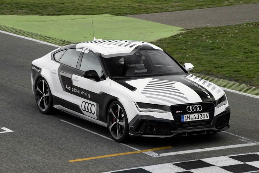 Автоматическая Audi RS7 на гоночной трассе Хоккенхайм