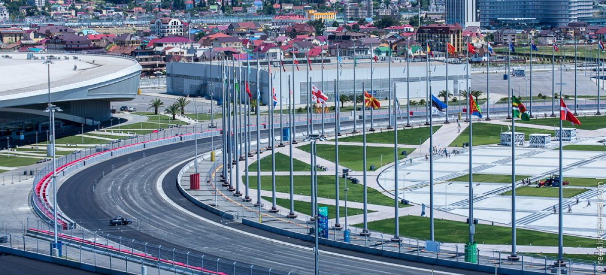 Формула-1 в России: мужчины в маечках Ferrari, девушки на каблучках