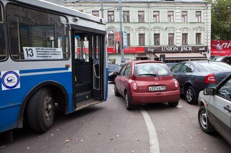 Вопреки заявлениям Дептранса, криво поставленные автомобили непобедимы