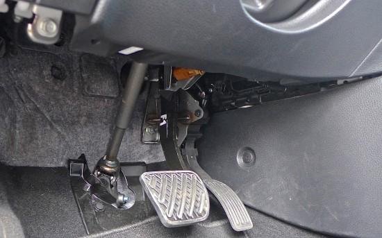 Бюджетно торчащий в полу рулевой кардан словно специально создан, чтобы намотать ваши шнурки, приковав вас к автомобилю подобно японскому пулеметчику-камикадзе...
