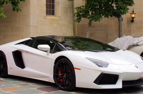 Не всякие ноги умещаются в Lamborghini