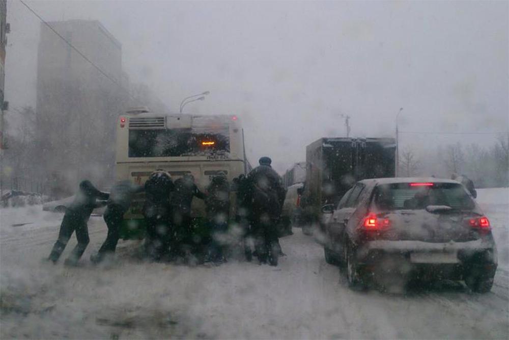 Пассажиры толкают автобус во время снегопада 25 декабря
