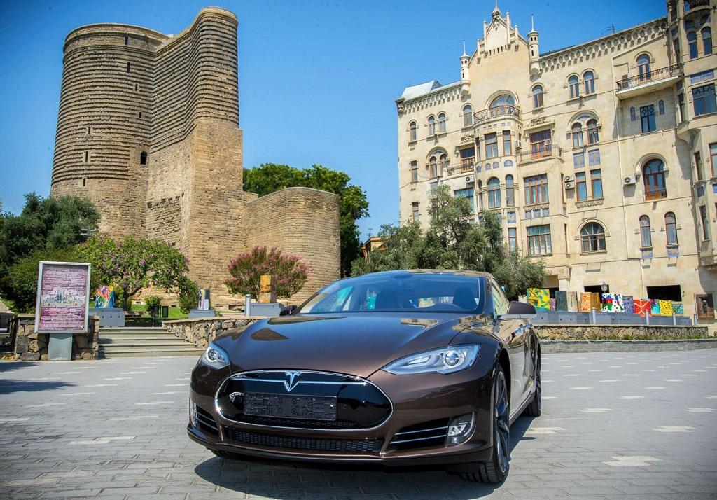 Tesla в Баку