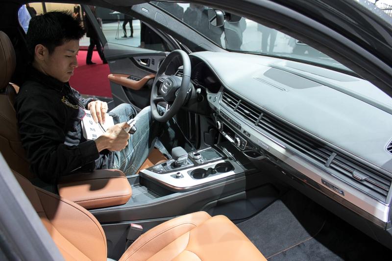 Китайские специалисты на автосалоне в Женеве 2015