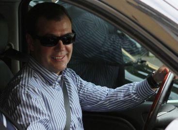 Медведев спасает автопром