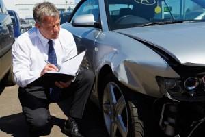 Мужчина оценивает ущерб от аварии