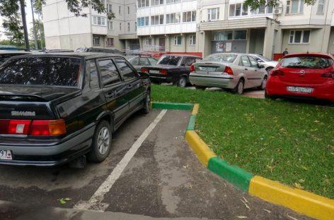 Московские власти начали брать плату за парковку во дворе