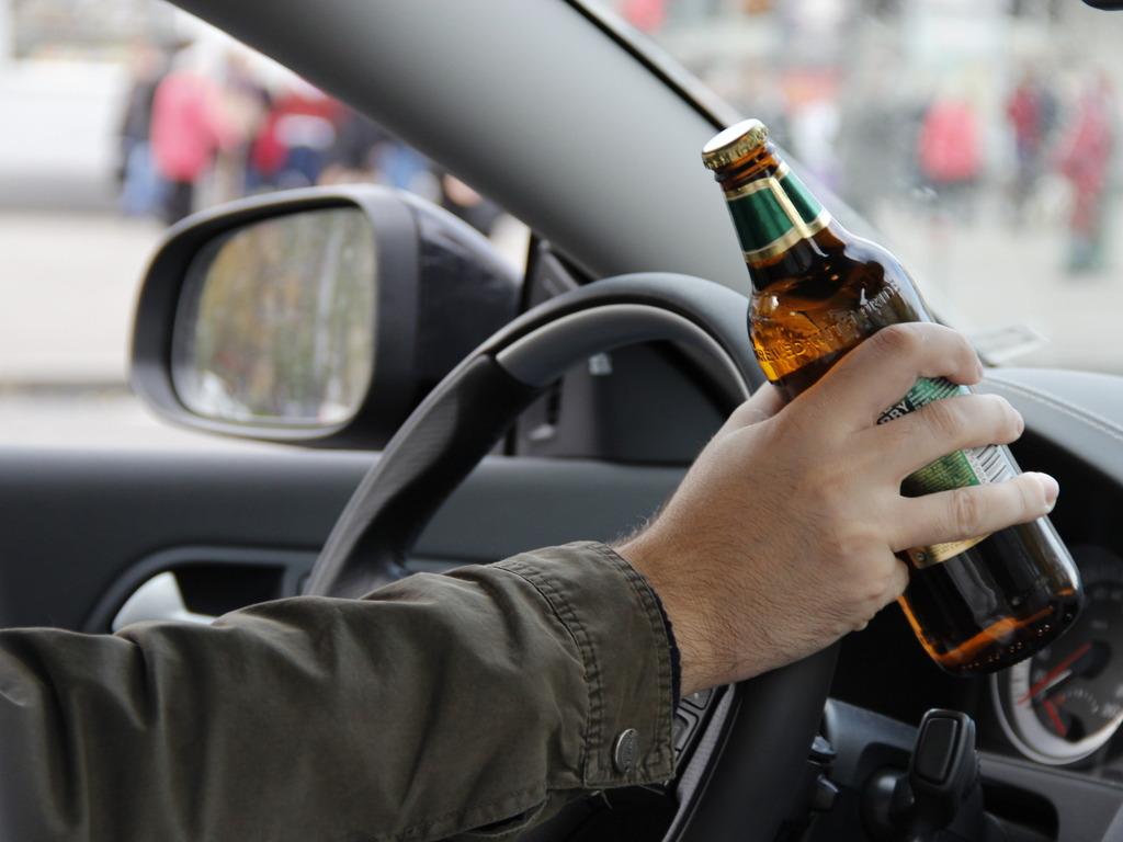 С бутылкой за рулем