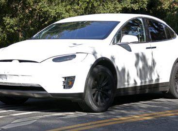Tesla Model X попался